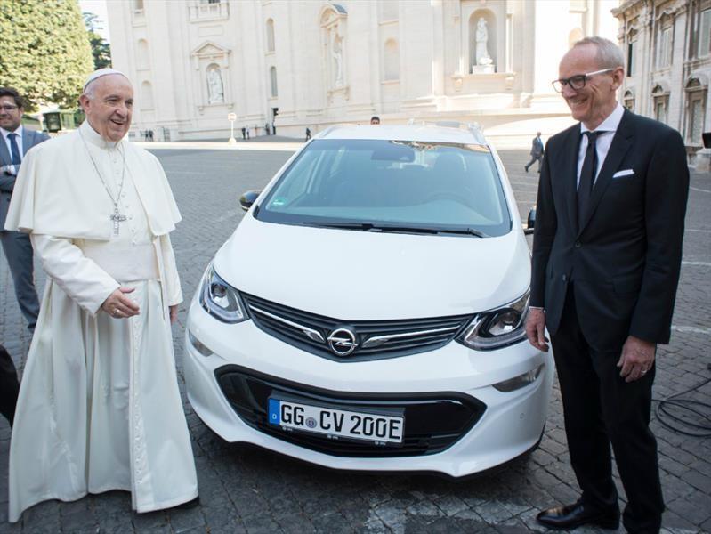 Papa Francisco se suma a la cultura verde con su nuevo Opel Ampera-e