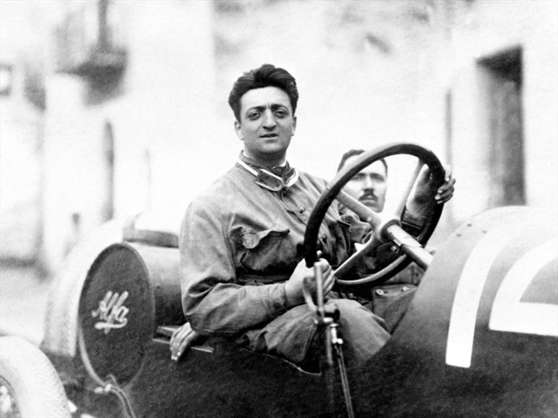 Celebran el 120º aniversario de Enzo Ferrari con una extraordinaria exposición fotográfica