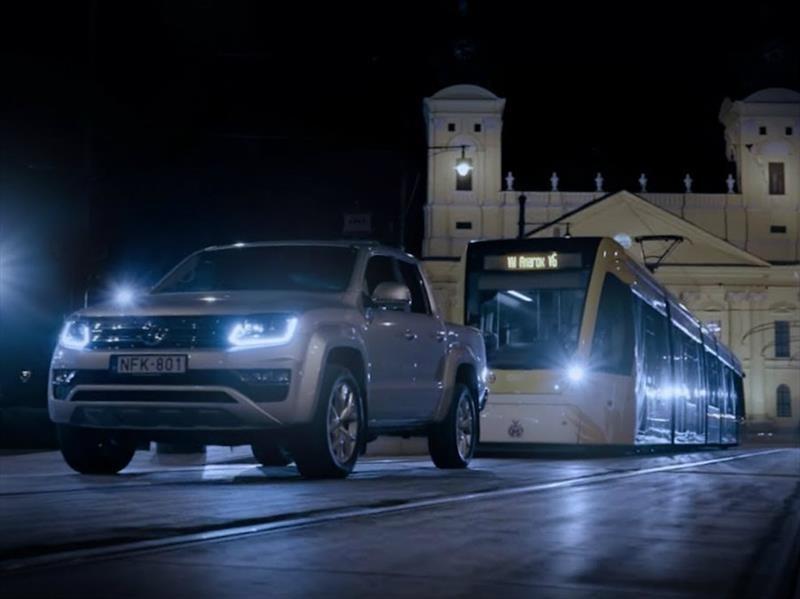 Sorpresivamente, una Volkswagen Amarok remolca un tranvía
