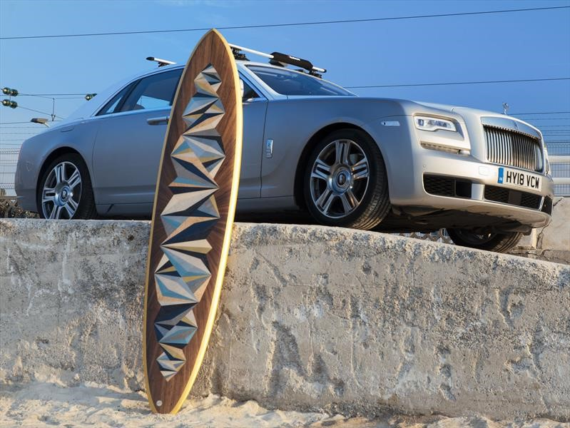 Rolls-Royce y Woodpop crean una exclusiva tabla de surf decorada con oro