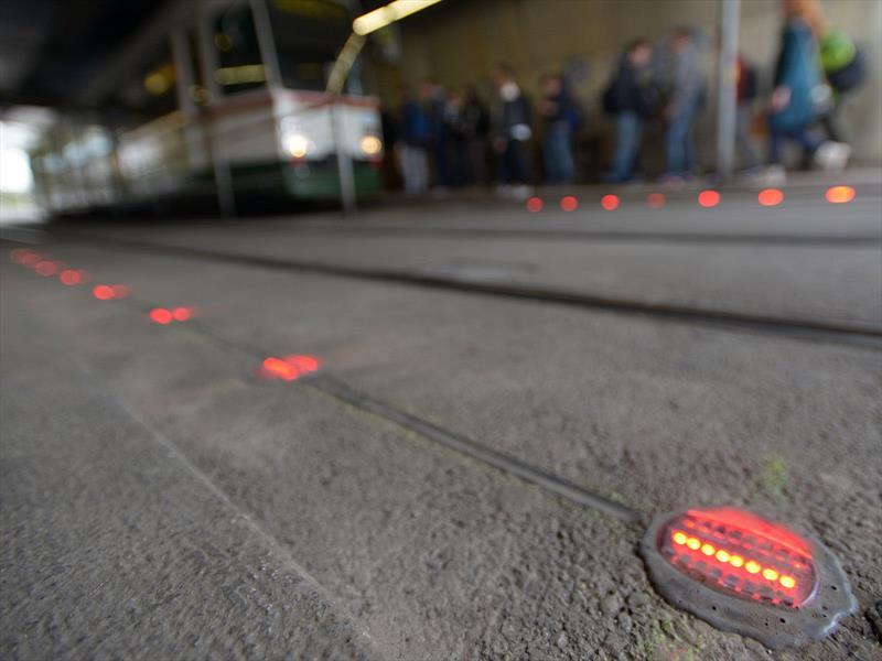 Así son los semáforos para peatones adictos a su smartphone