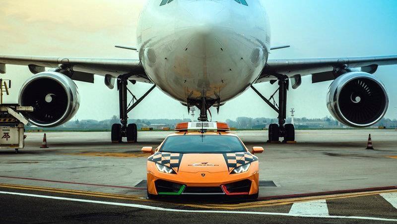 Este Lamborghini Huracán RWD funciona guía de aviones en un aeropuerto