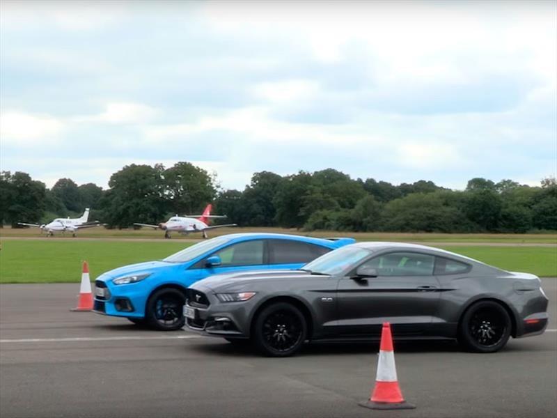 Mustang GT vs Focus RS ¿quién gana en el ¼ de milla?