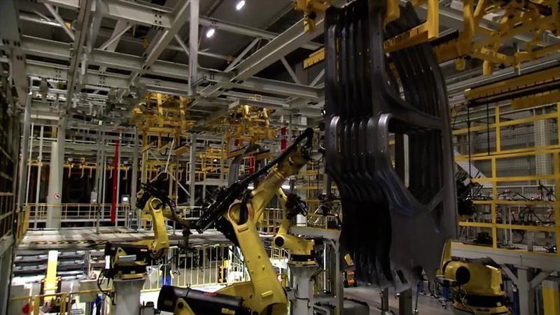 Robots de una planta de automóviles bailan al ritmo de una orquesta sinfónica