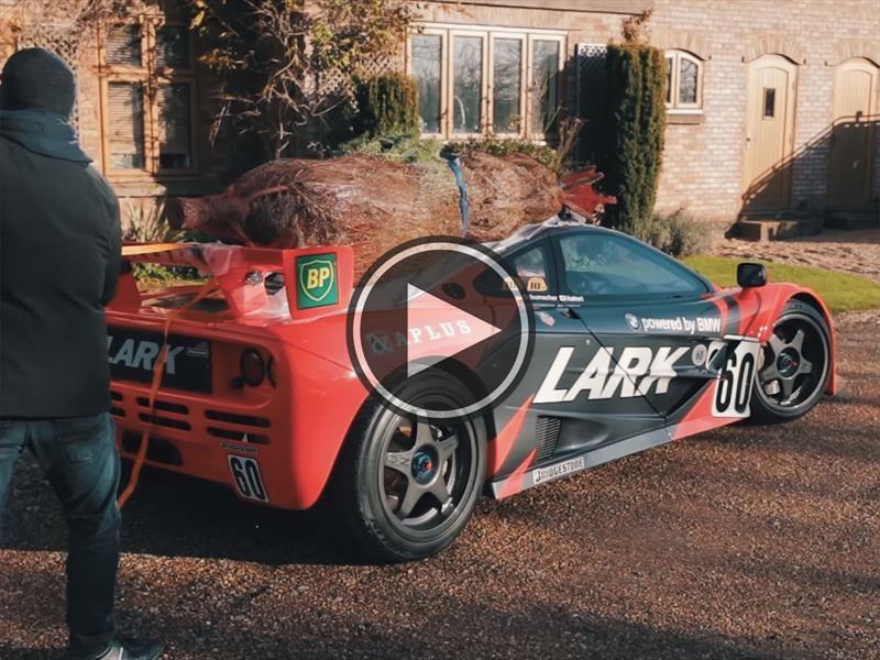 McLaren F1 GTR lleva árbol de Navidad en el techo