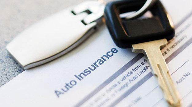 Mujeres mienten más que los hombres al solicitar un seguro de auto, estudio
