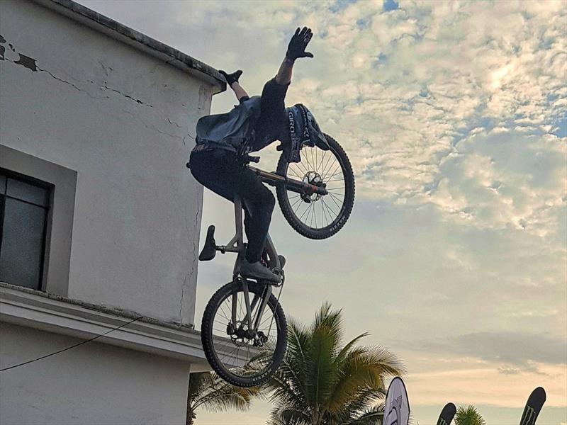 Ciclistas extremos descienden a más de 50 km/h las calles de Puerto Vallarta