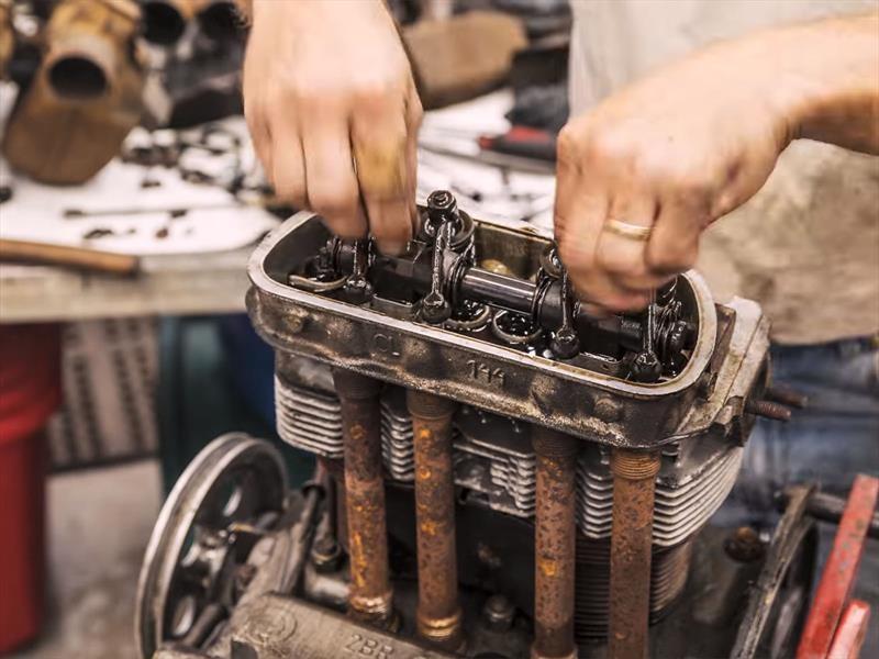 Impresionante timelapse de la reconstrucción del motor de un Volkswagen Beetle