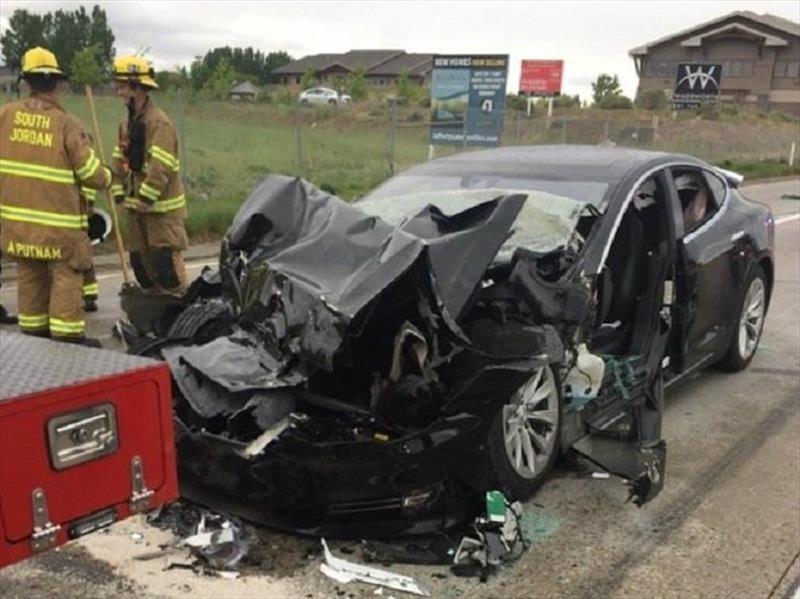 Un Tesla en modo semi-autónomo colisionó con otro vehículo