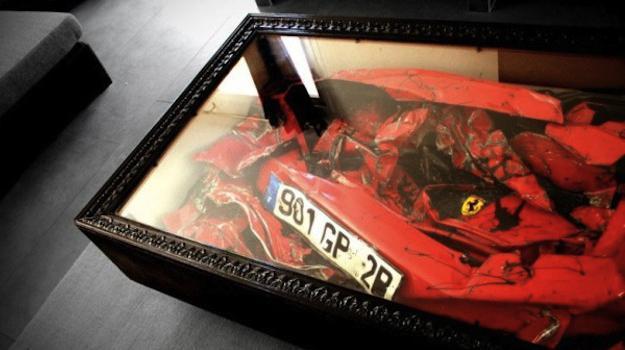 Un Ferrari accidentado convertido en mesa de café