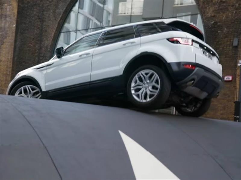 Un Range Rover Evoque cruza el tope más grande del mundo