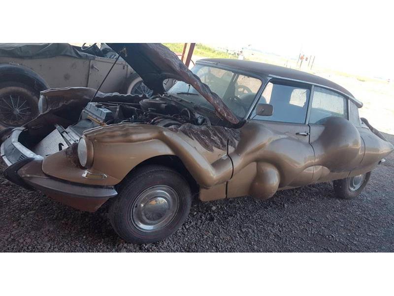 Citroën DS 1967 con cuerpo de mujer