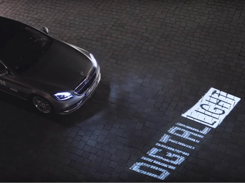 La tecnología Digital Light de Mercedes-Benz hace que las luces del automóvil hablen