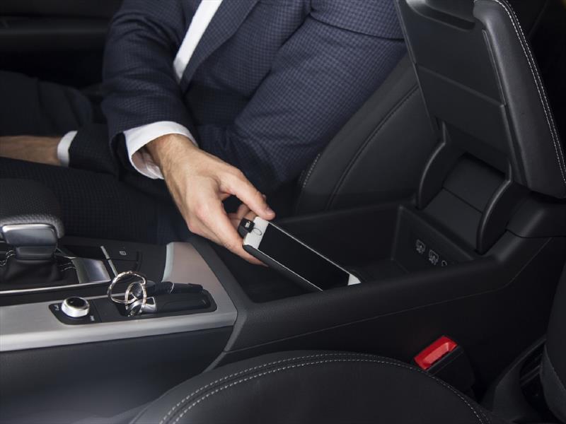 Audi exhibe protector con cargador inalámbrico para iPhone