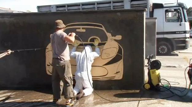 Artistas crean grafiti limpiando paredes