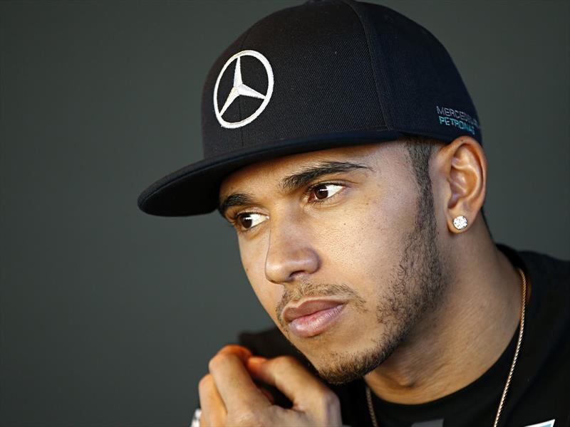 Lewis Hamilton considera hincarse mientras escucha el himno de EE.UU.