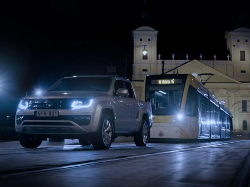Volkswagen Amarok se dio el lujo de remolcar un tranvía en Hungría