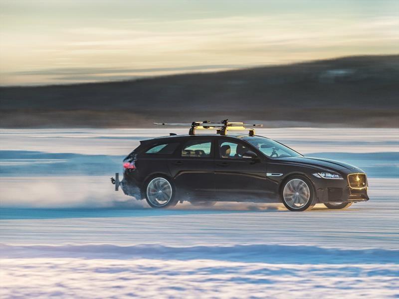Jaguar XF impone récord de velocidad remolcando a un esquiador