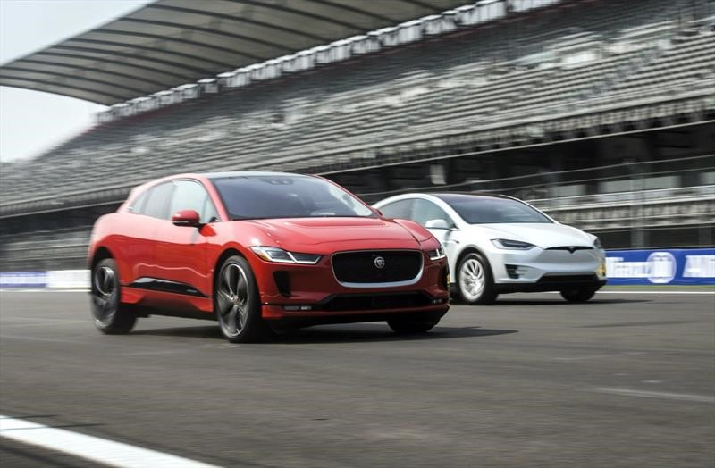 Tesla Model X y Jaguar I-Pace disputan arrancón en el Autódromo Hermanos Rodríguez
