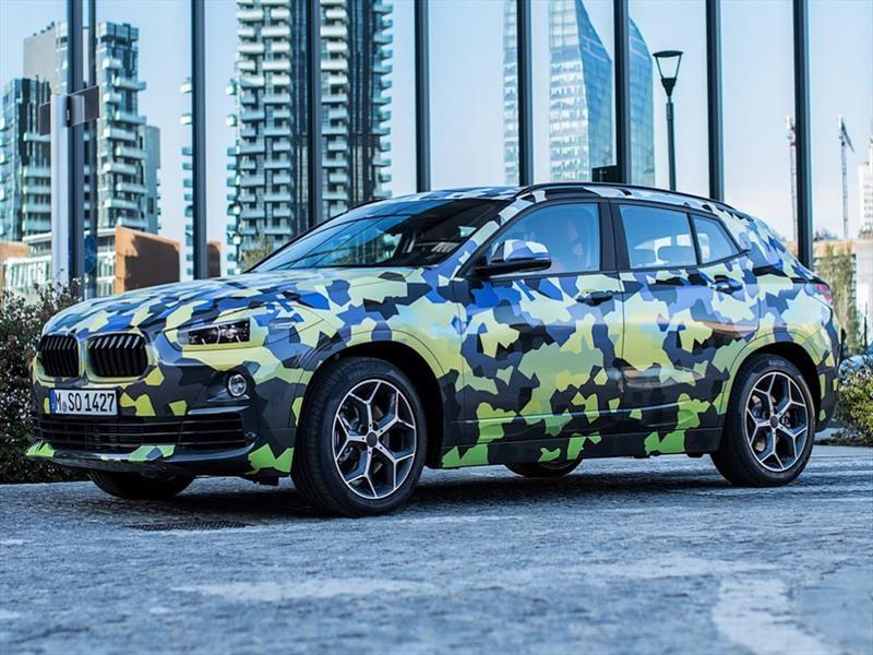 BMW X2 pasea con vestido camuflado en el Milan Fashion Week