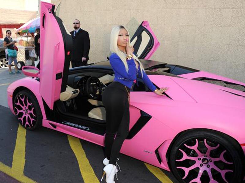 Cosmos Girls Nicki Minaj Viste De Rosa A Su Lamborghini