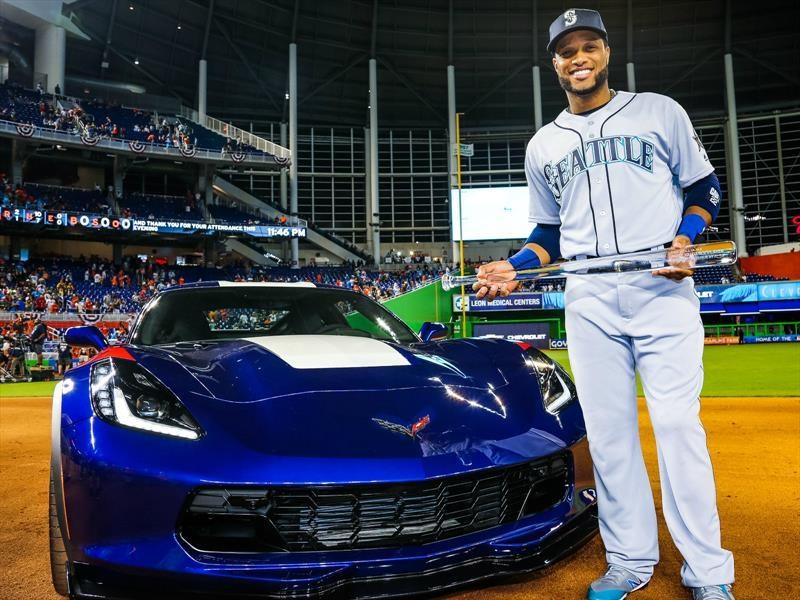 El beisbolista Robinson Canó es premiado con un Chevrolet Corvette
