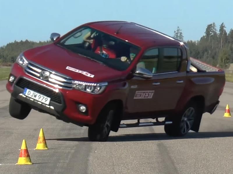 "Toyota Hilux 2016 falla gravemente en la ""prueba del alce"""