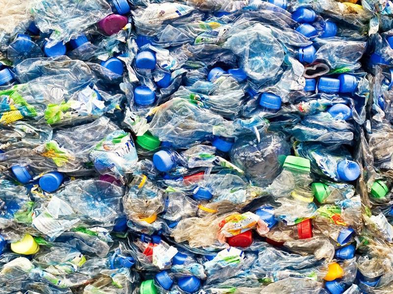 Tesla usa botellas recicladas en sus carros